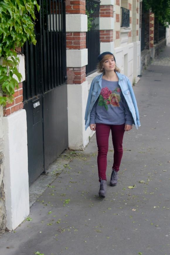 pantalon bordeaux et veste en jean