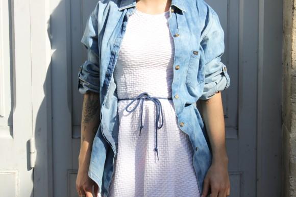 robe blanche et chemise en jean
