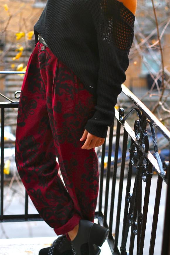 pantalon taille haute motif roses noires
