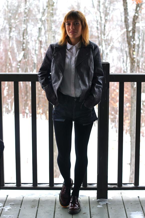 look chemise blanche short en jean noir et veste en cuir