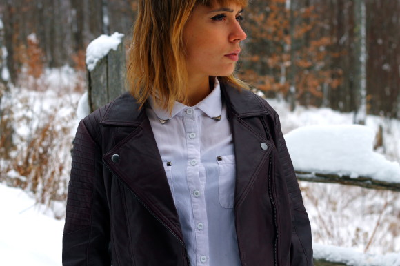 chemise blanche et veste en cuir look