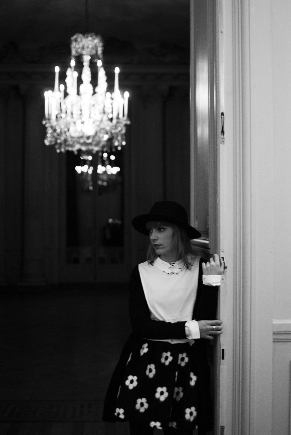 look noir et blanc jupe à fleur et blouse détails col main