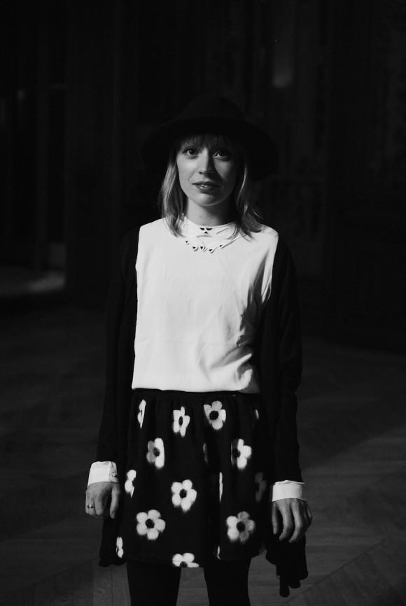 look noir et blanc jupe à fleur et blouse détails main