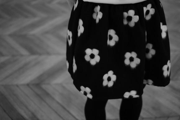 jupe à fleurs noir et blanc