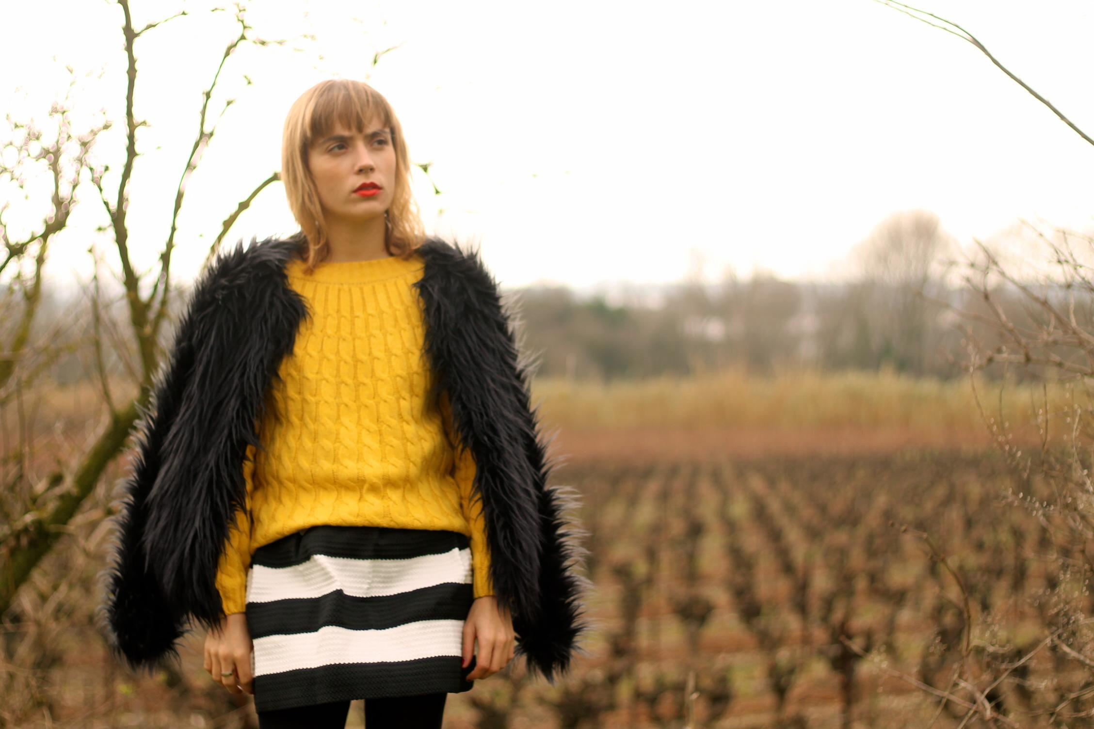 jupe à rayures noires et jaunes