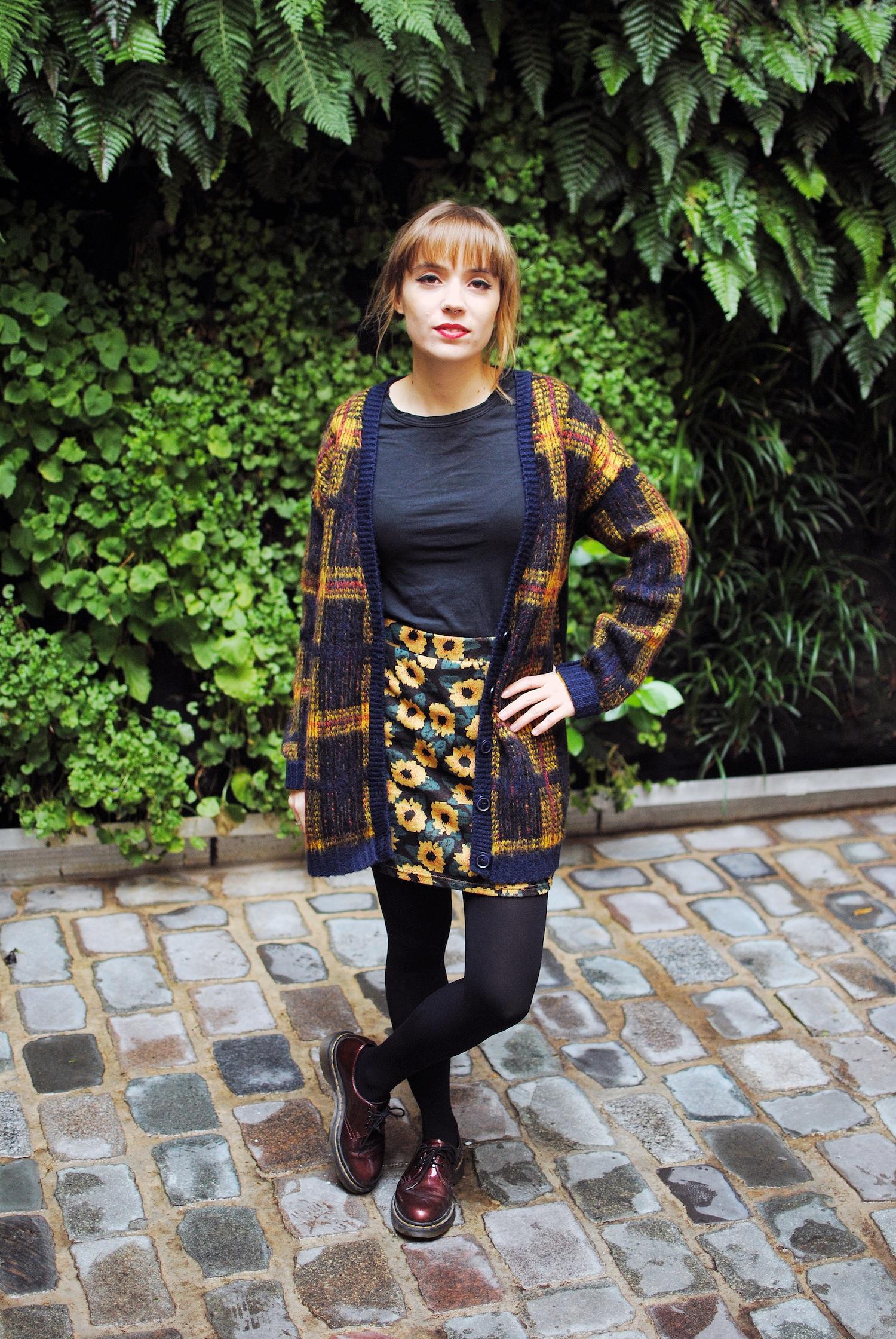 look cardigan long tartan et jupe courte motif tournesol