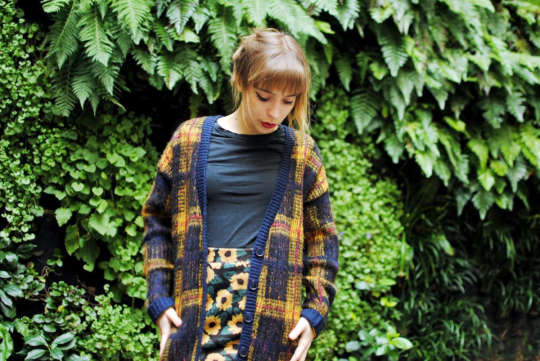 look cardigan long tartan et jupe courte motif tournesol3