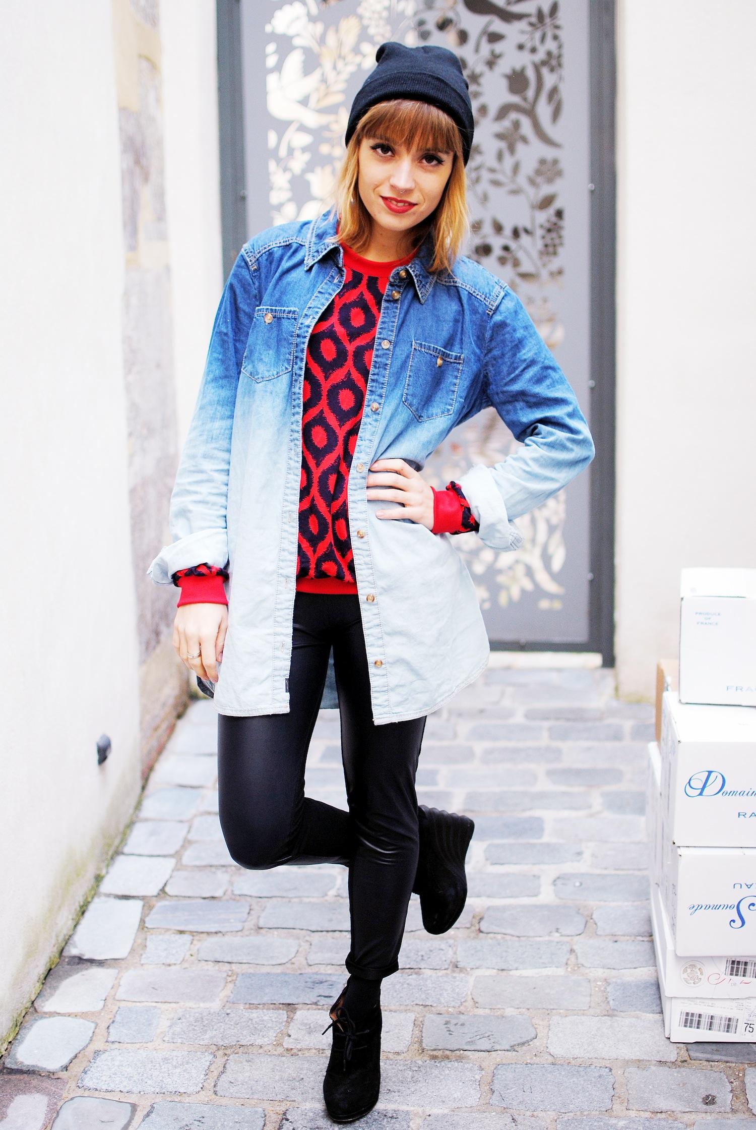 look chemise en jean tie dye et legging en cuir
