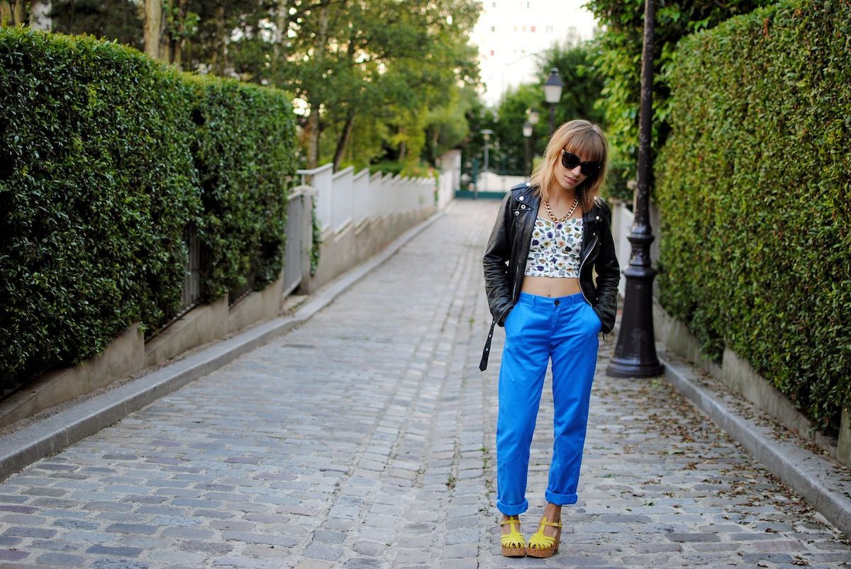 look pantalon carrot bleu et perfecto