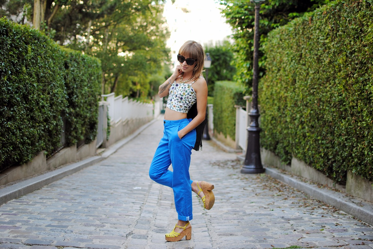 look pantalon carrot bleu et crop top