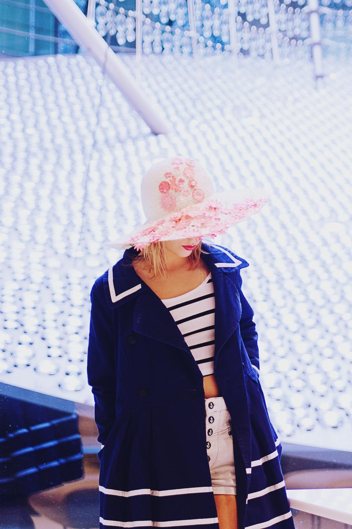 Blog mode paris Look caban marin et capeline fleurie