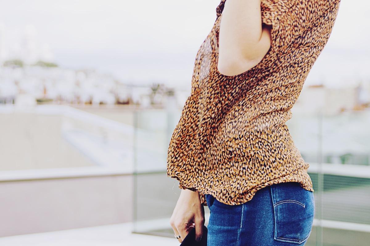 Blog mode paris Look chemise léopard et teeshirt blanc