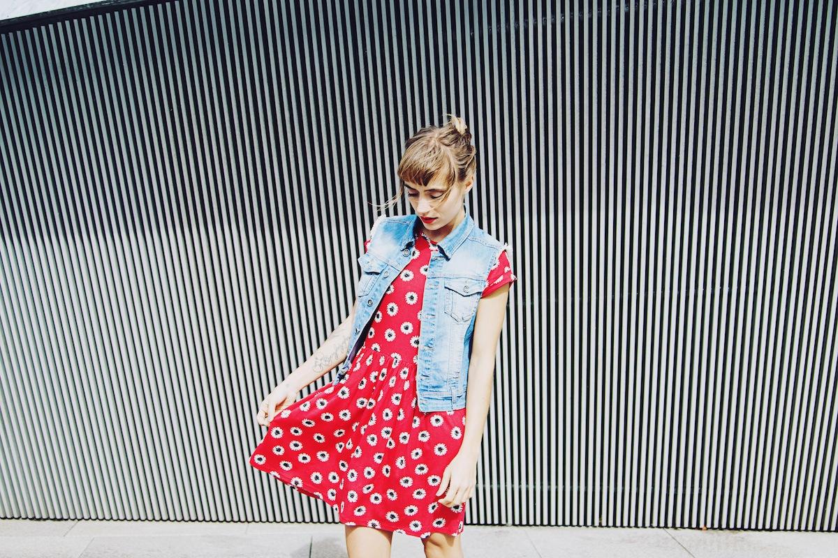 blog mode paris robe rouge et veste denim