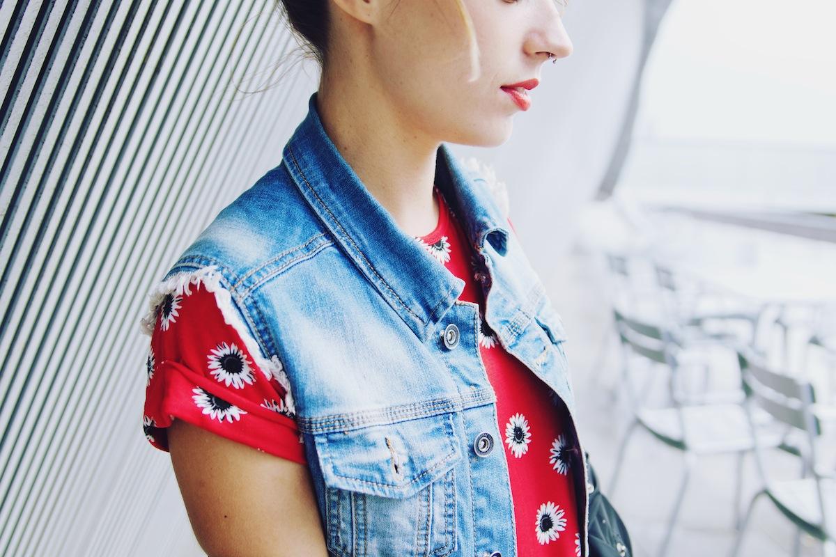 veste sans manche en jean et robe rouge