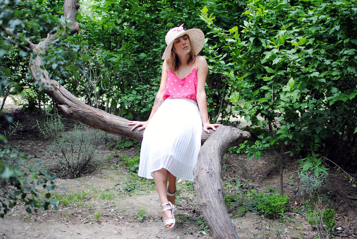 look jupe mi longue plissée blanche et top flamand rose