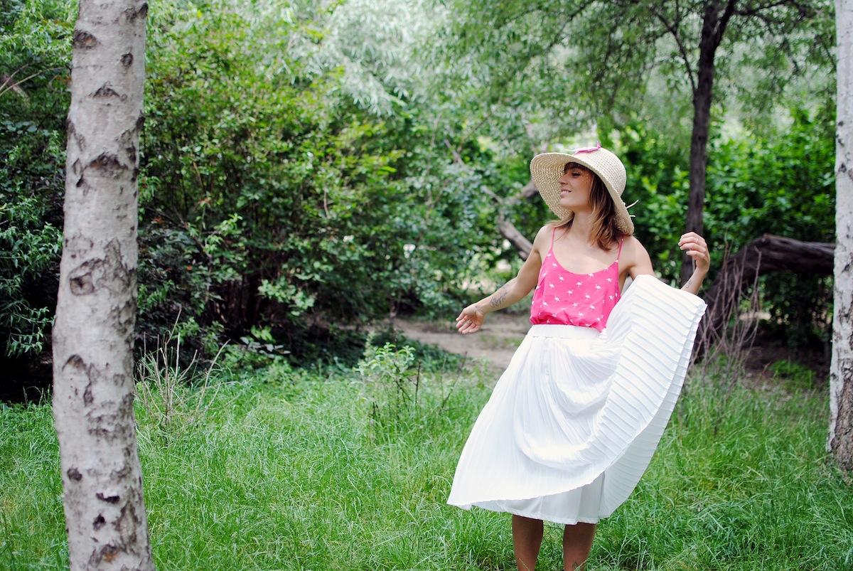 look jupe mi longue plissée blanche et top rose flamand