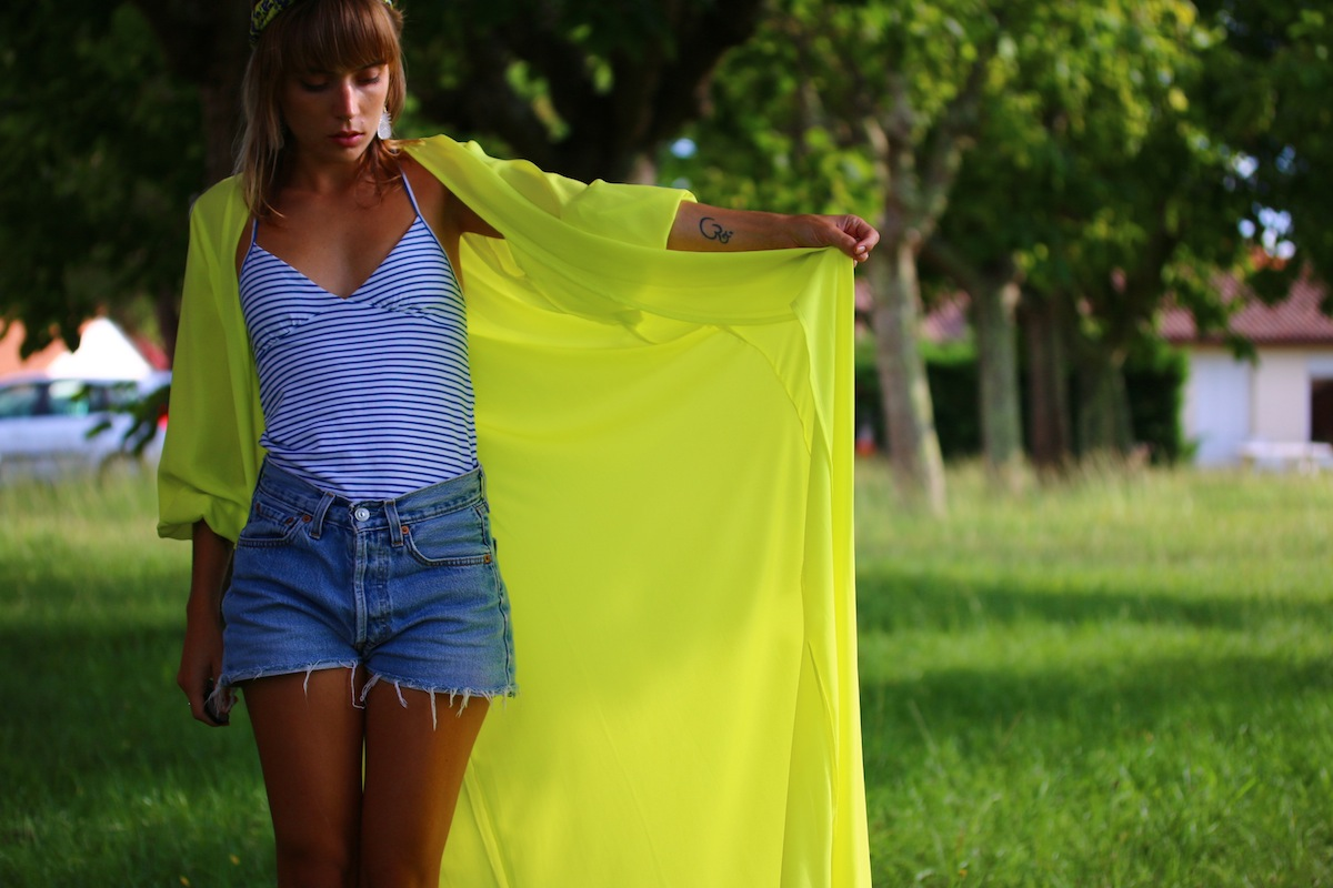 look kimono jaune short en jean debardeur mariniere