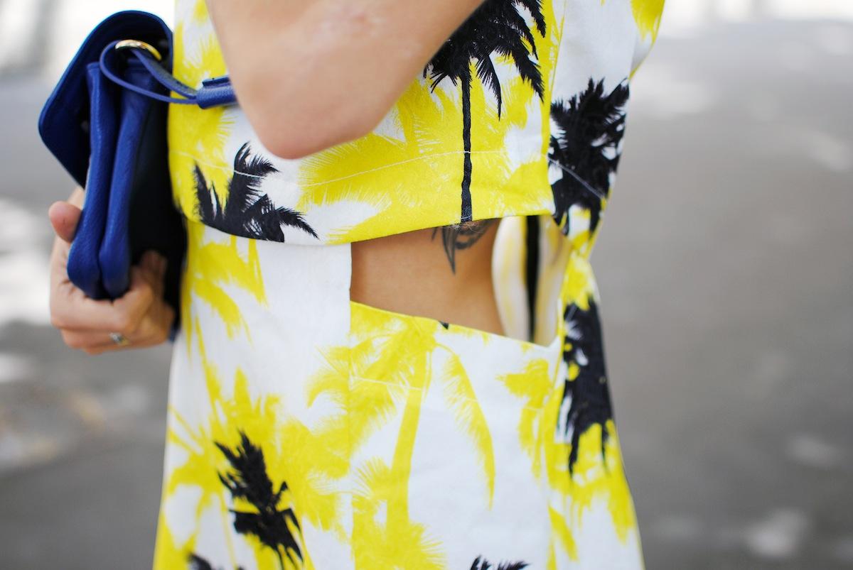 look robe jaune et imprimé palmiers