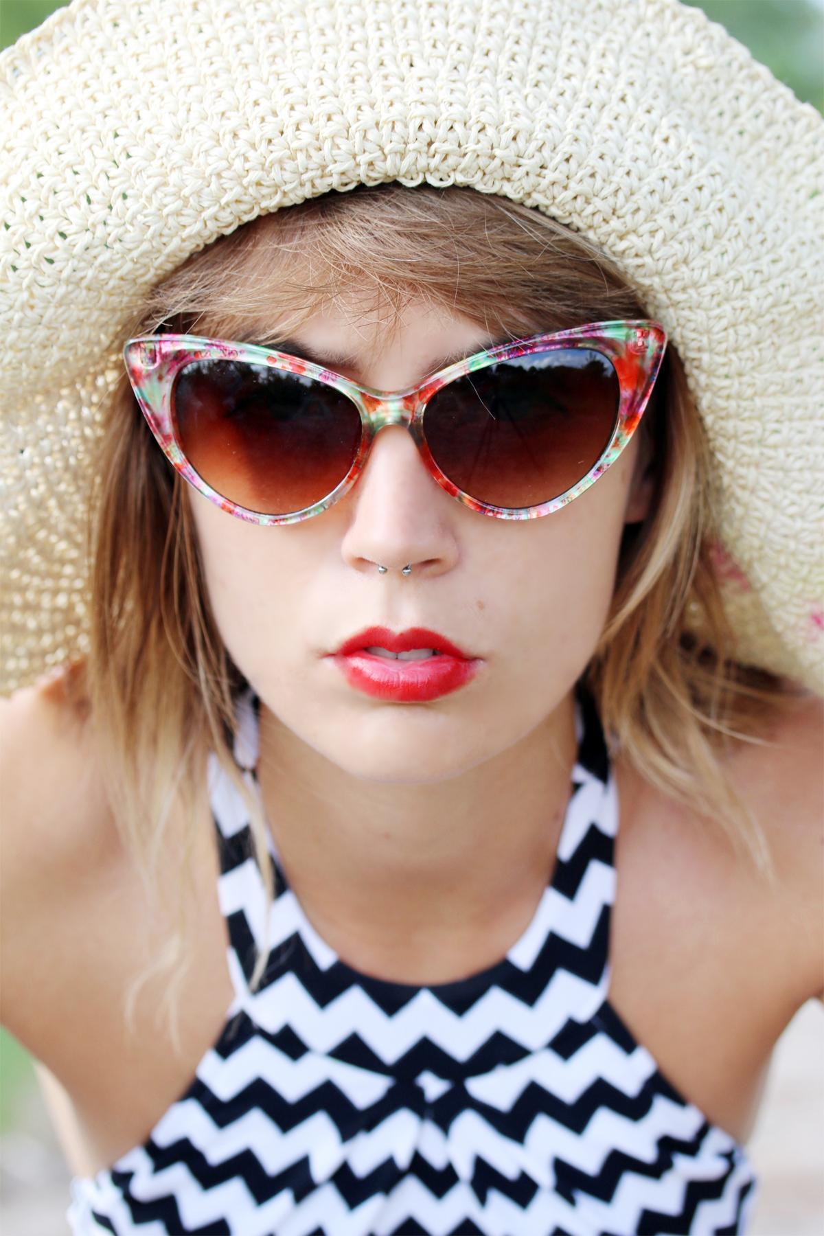 lunette retro et chapeau de paille