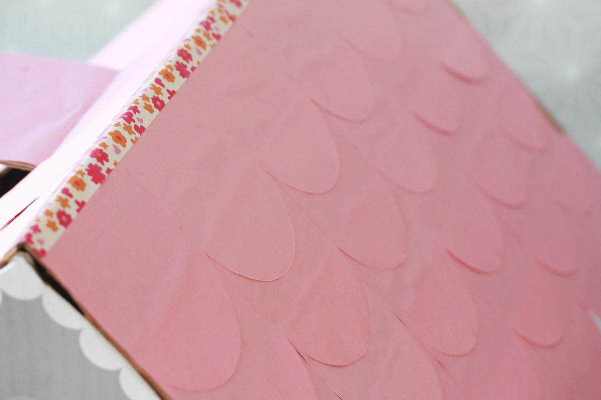 diy maison en carton à pois et toit rose