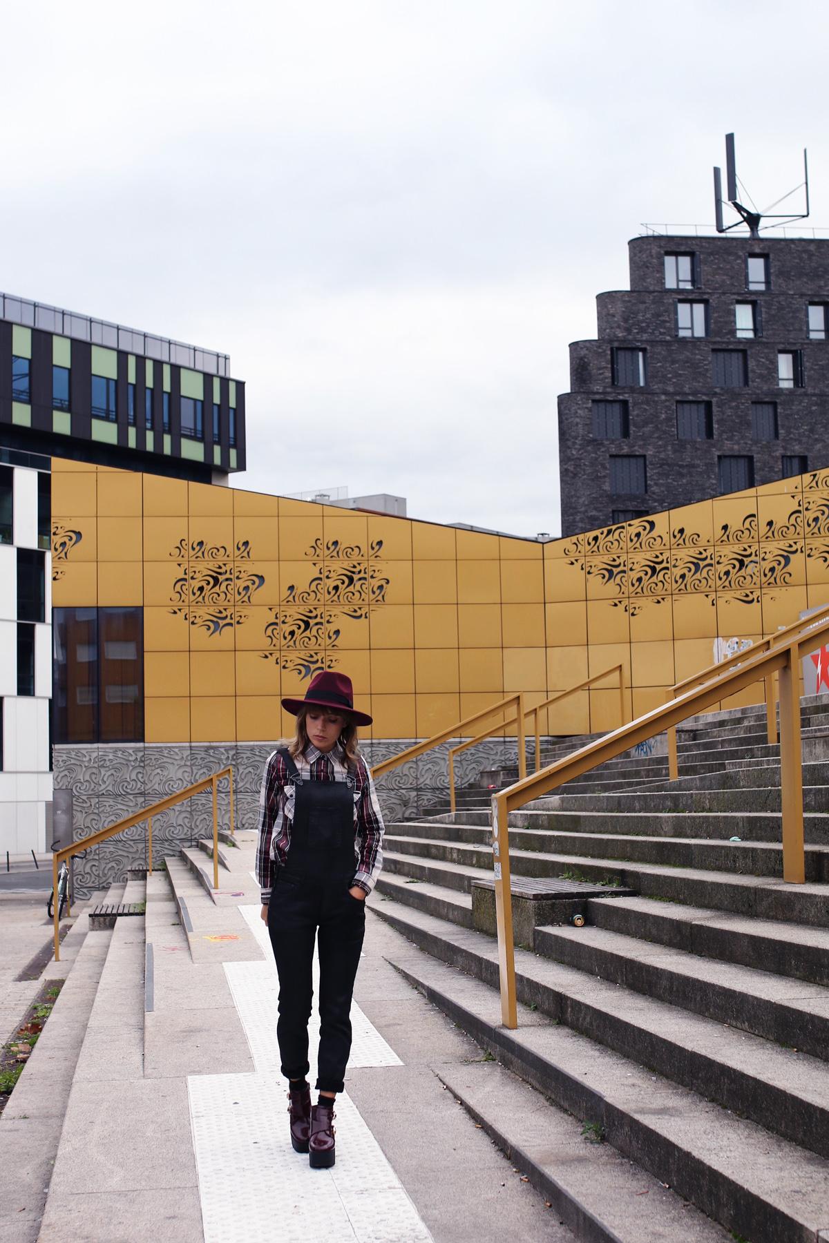 blog mode paris look chemise tartan , salopette noire, et panama bordeaux