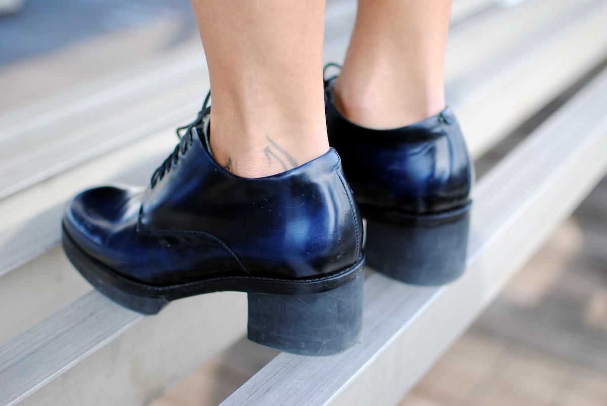chaussure en cuir reflet bleu cos