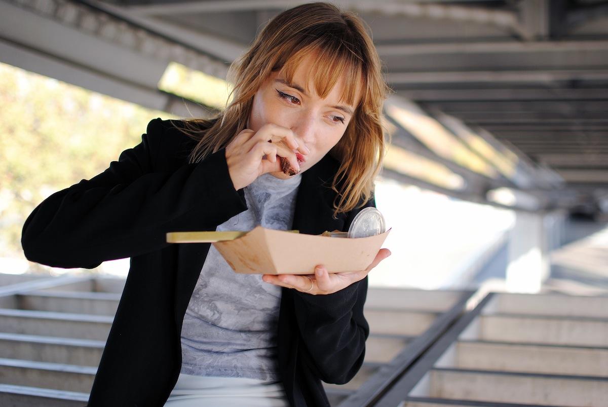 fille qui mange foodtruck