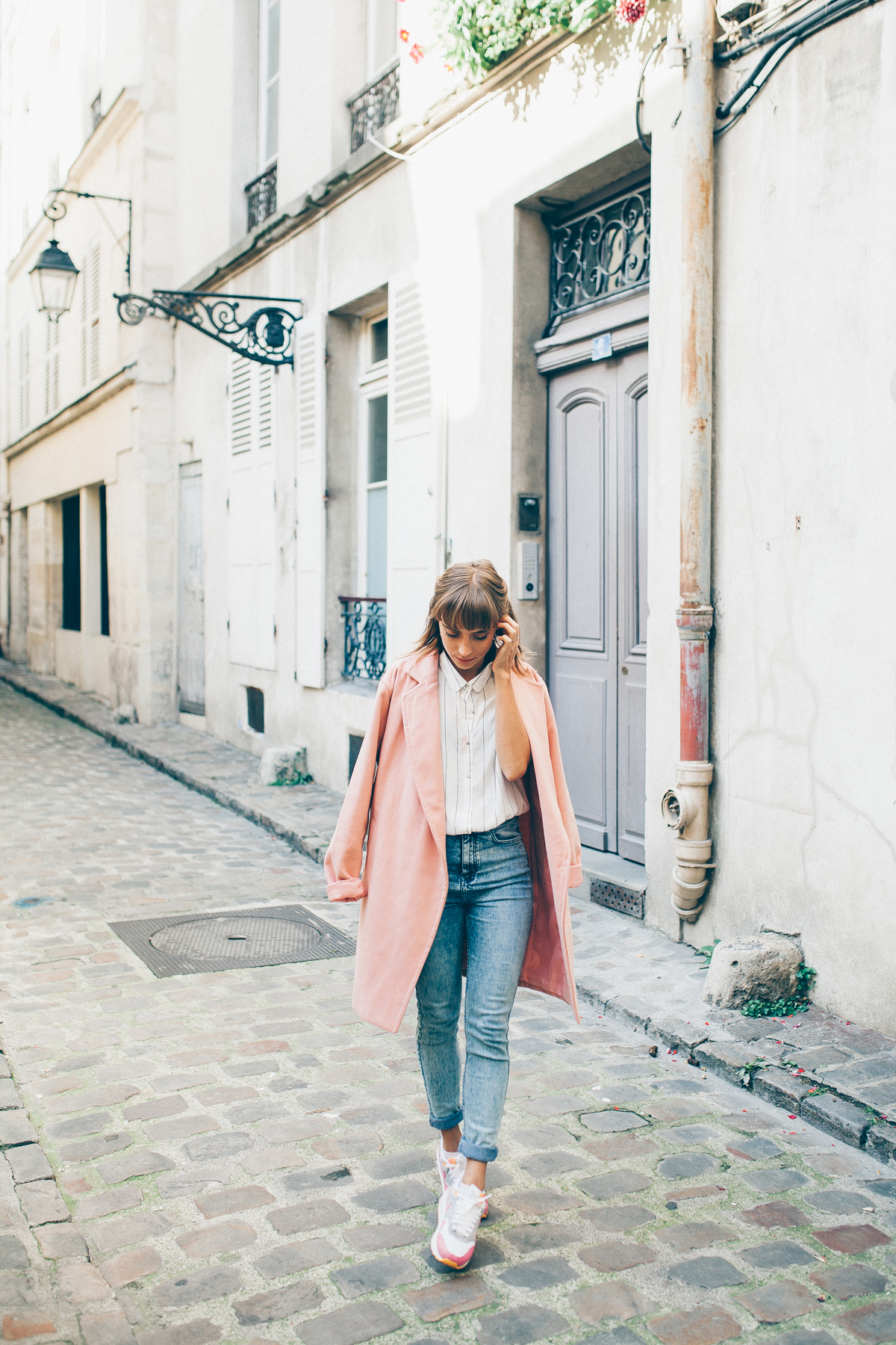 look manteau rose et chemise rayée