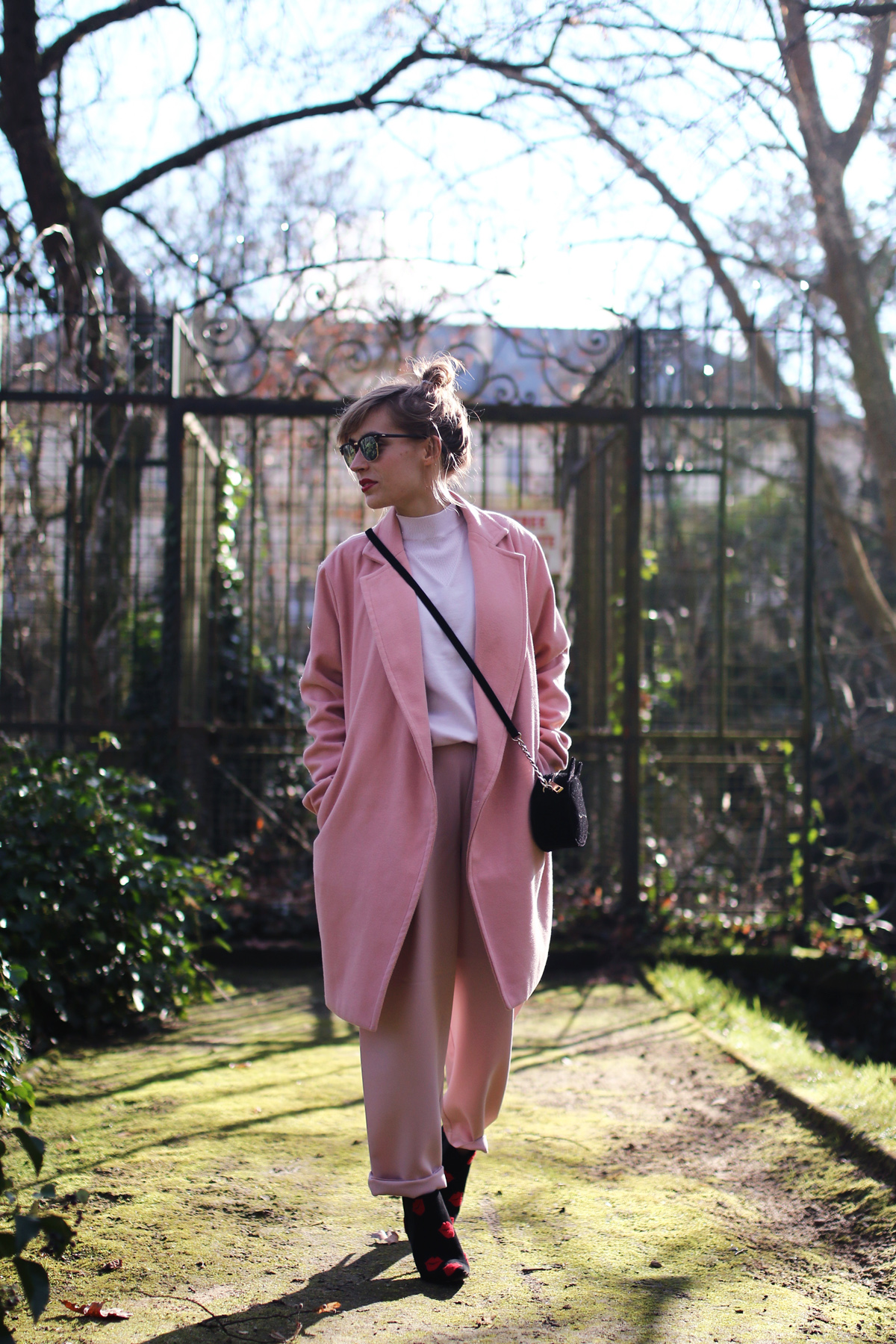 Look manteau col roulé et pantalon rose
