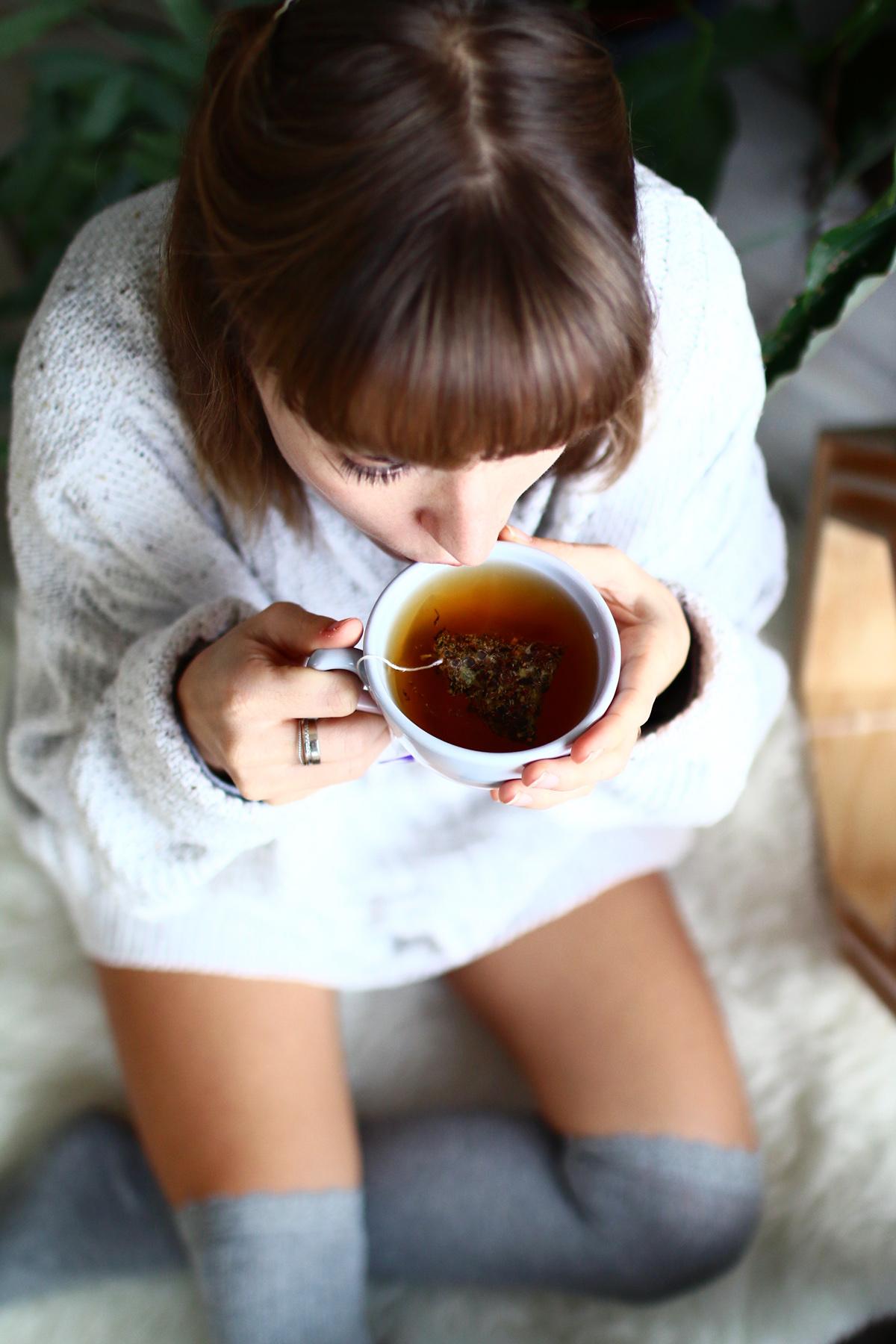 Boire du thé dans un decor scandinave