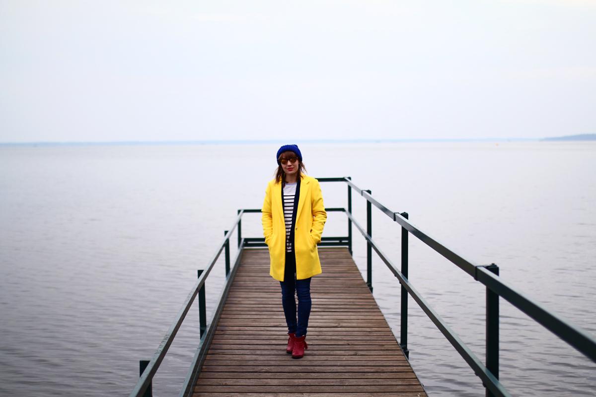 look marinière et manteau jaune