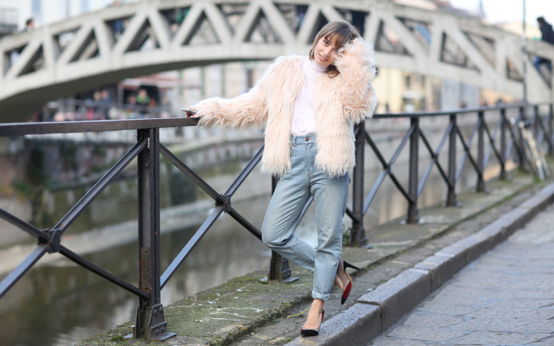look manteau fausse fourrure et jean taille haute