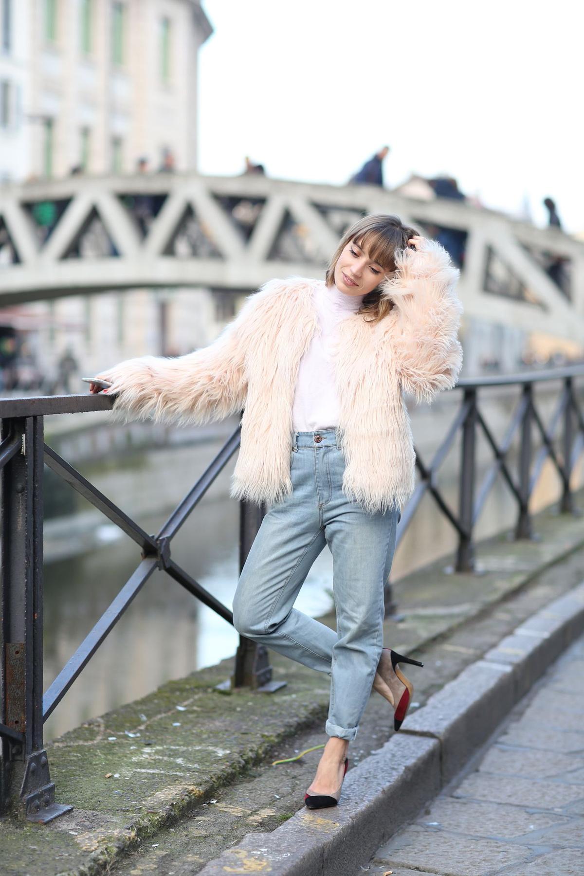 look manteau fausse fourrure et jean