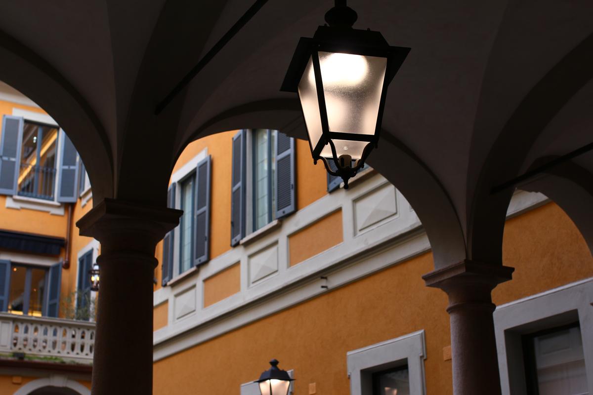 milan mur jaune et lampadaire