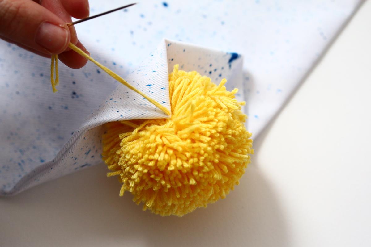 DIY coussins tachetés etape 3 coudre ses pompons