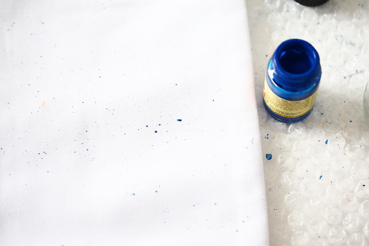 DIY coussins tachetés etape 1 faire ses taches