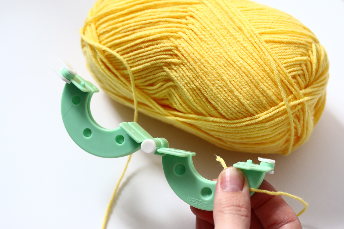 DIY coussins tachetés etape 2 créer ses pompons