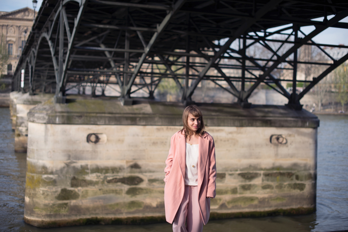 Look manteau rose et pantalon rose