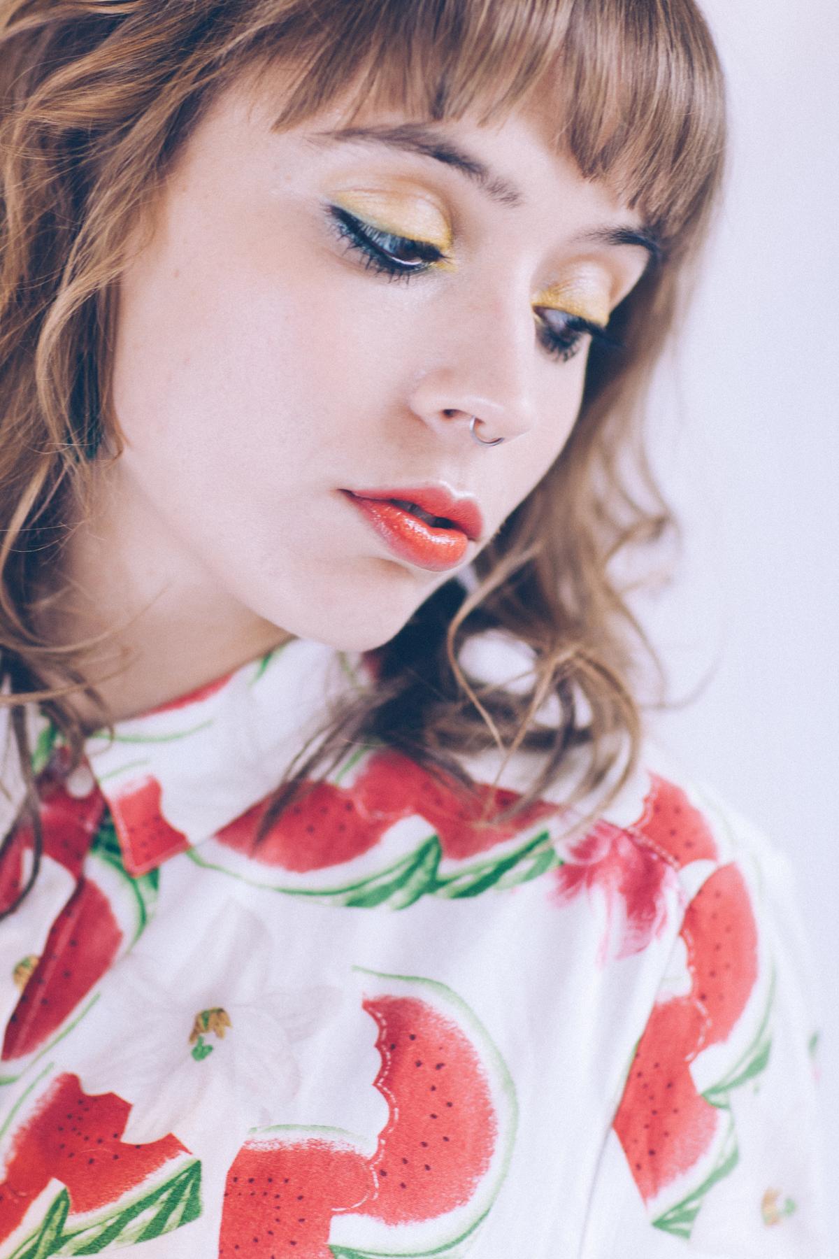 Maquillage paupière oeil jaune et bouche rouge glossée