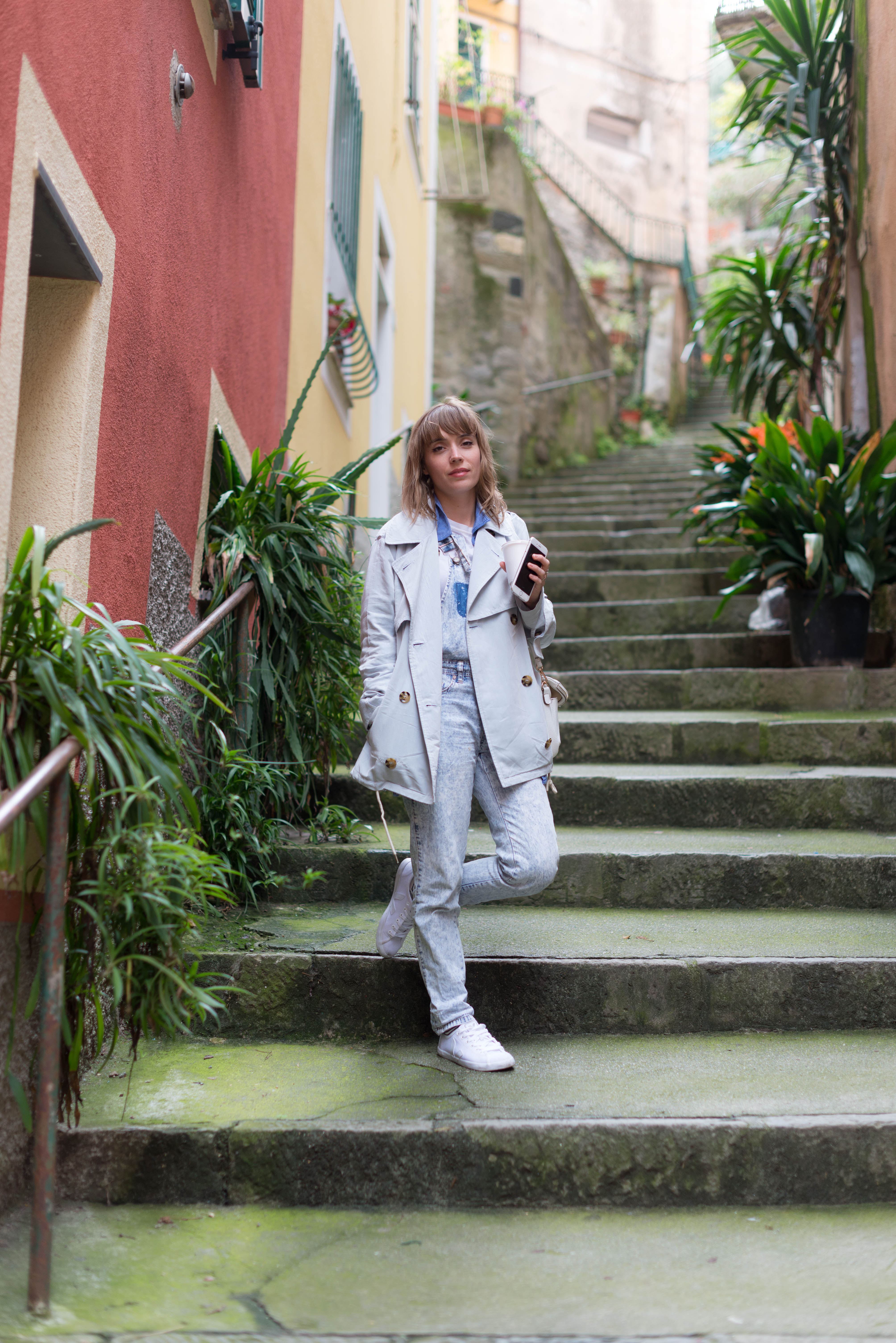 Look trench pastel et salopette