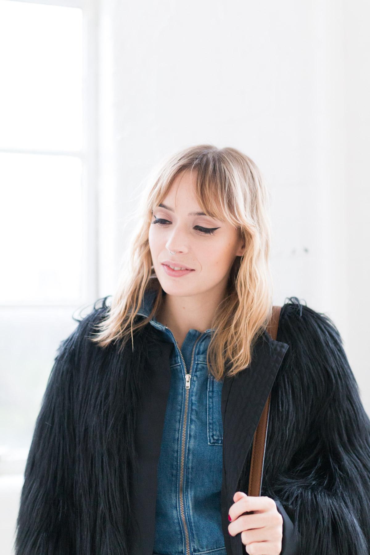 Combinaison en jean et manteau fausse fourrure I Sp4nkblog-10