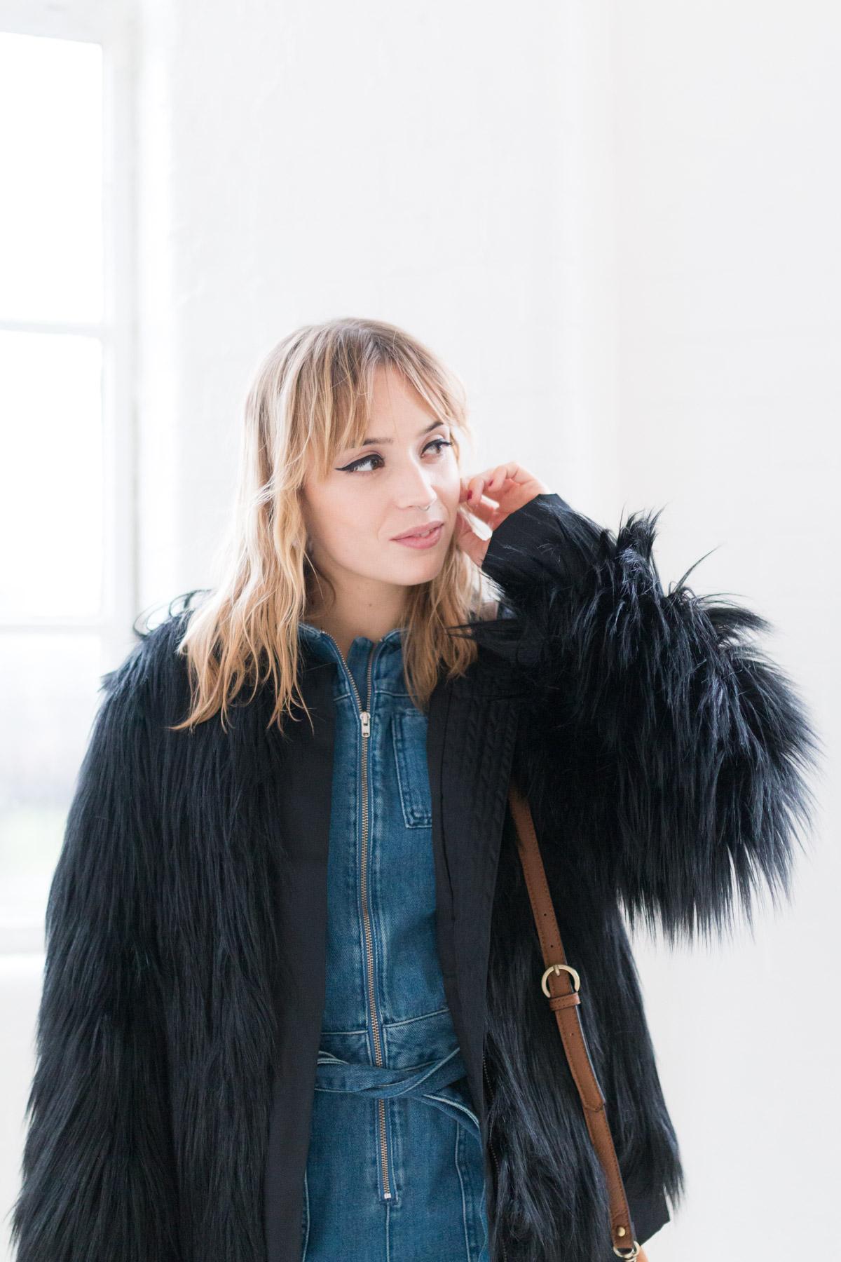 Combinaison en jean et manteau fausse fourrure I Sp4nkblog-11