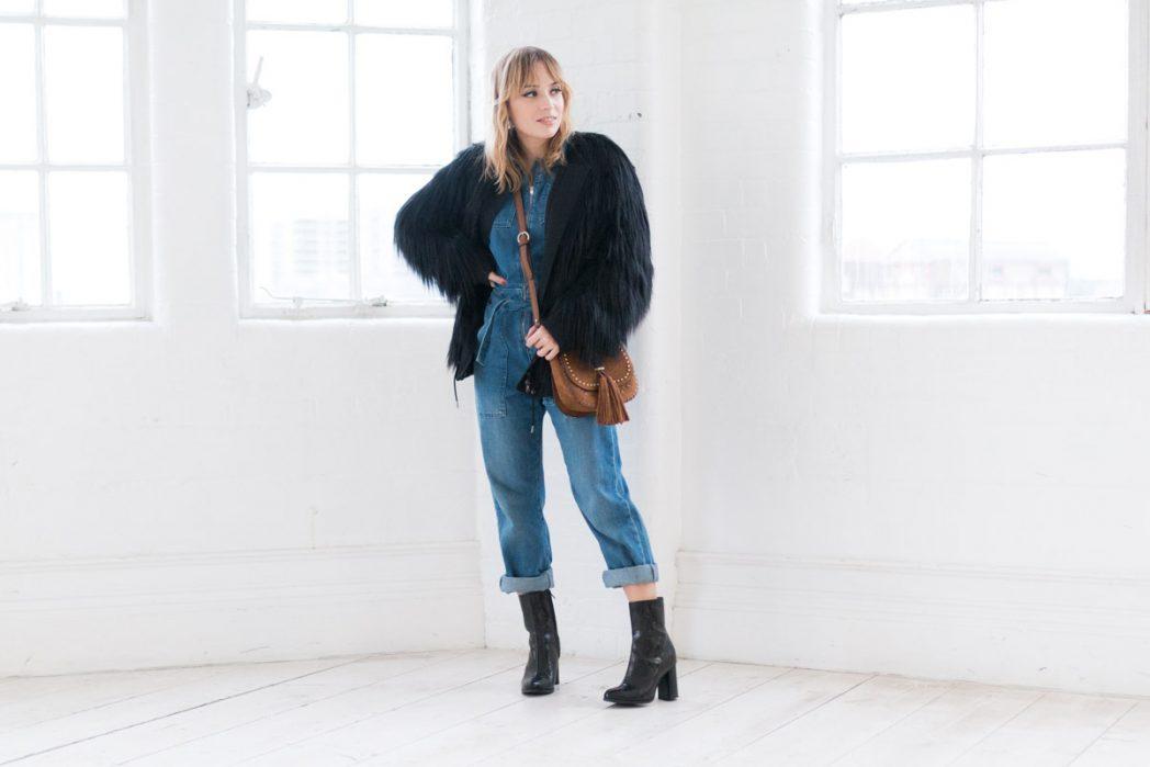 Combinaison en jean et manteau fausse fourrure