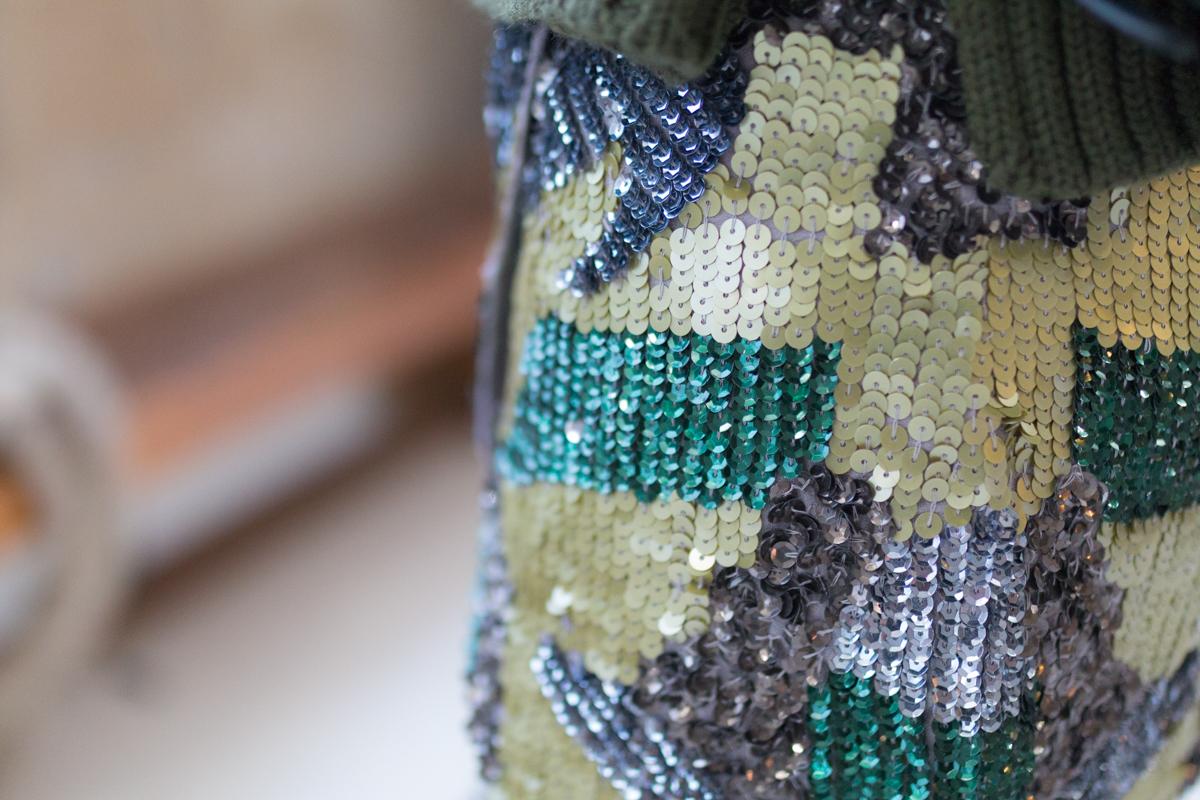 Tendance militaire jupe sequin et pull oversize kaki I Sp4nkblog-3