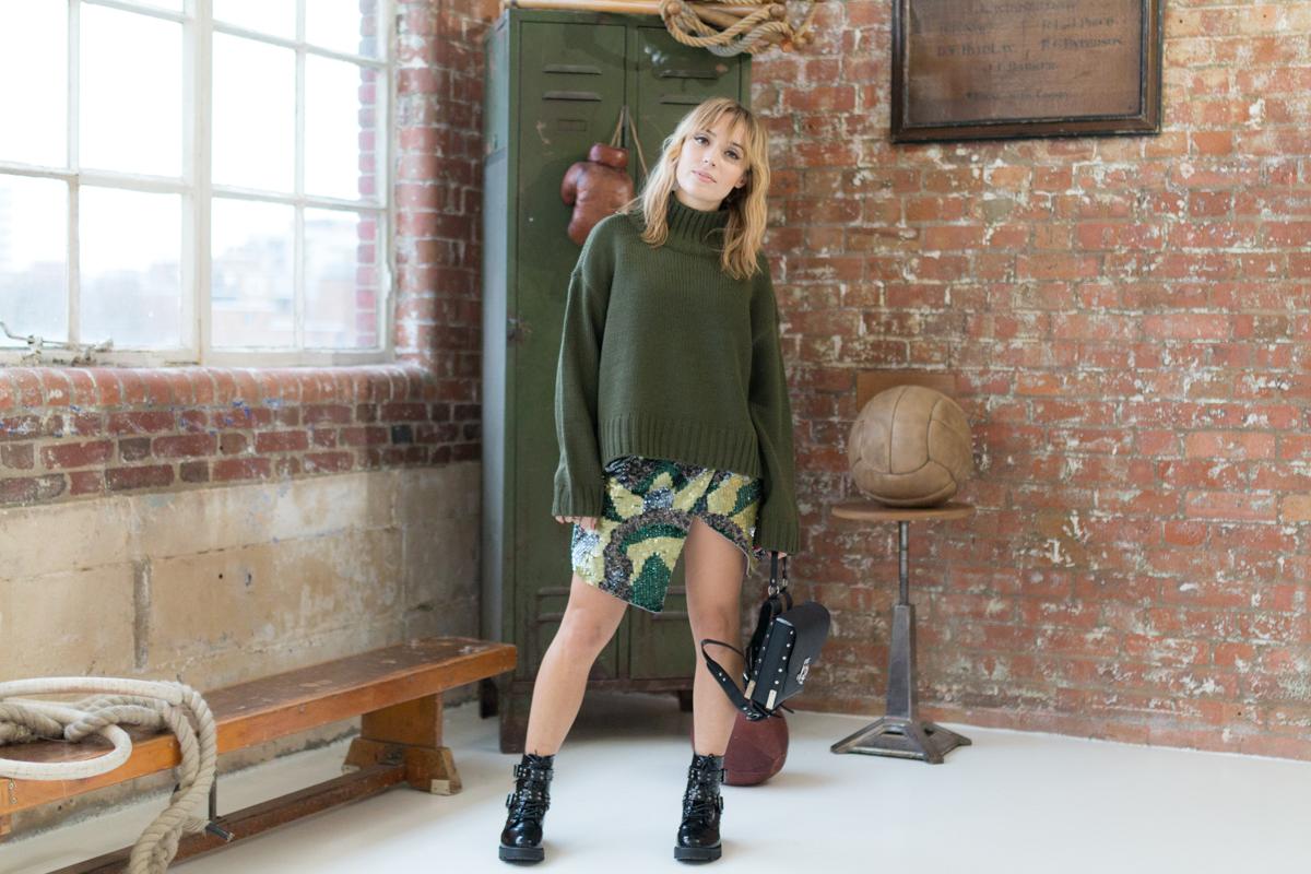 Tendance militaire jupe sequin et pull oversize kaki I Sp4nkblog