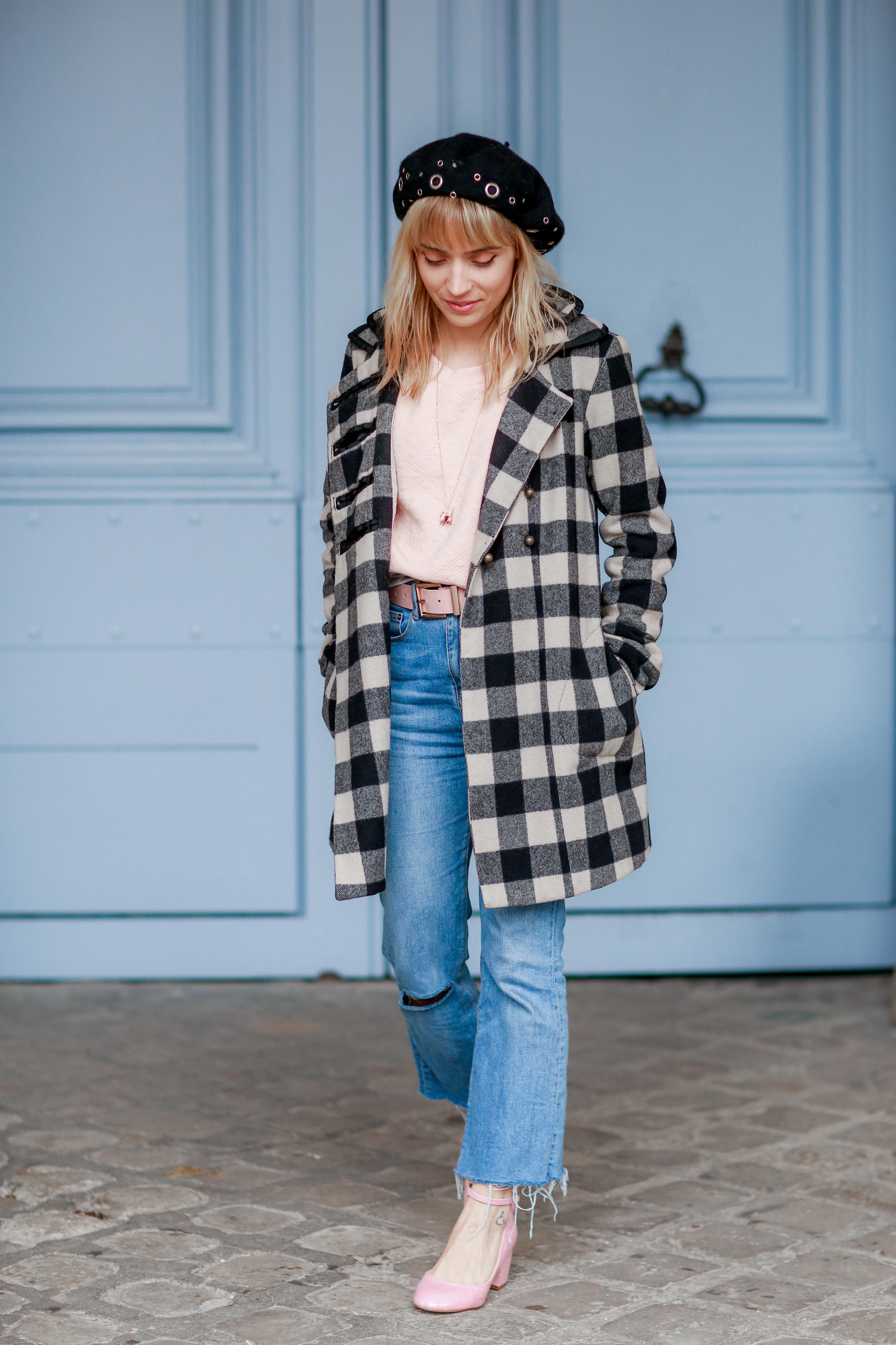 look 60's manteau à carreaux et jean flare 2