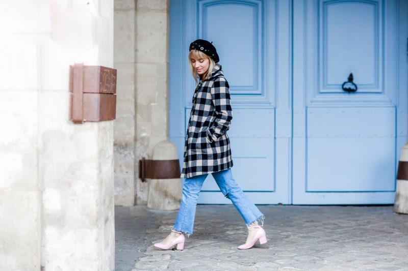 look 60's manteau à carreaux et jean flare