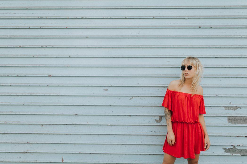 Robe rouge à épaules dénudées et sandales compensées