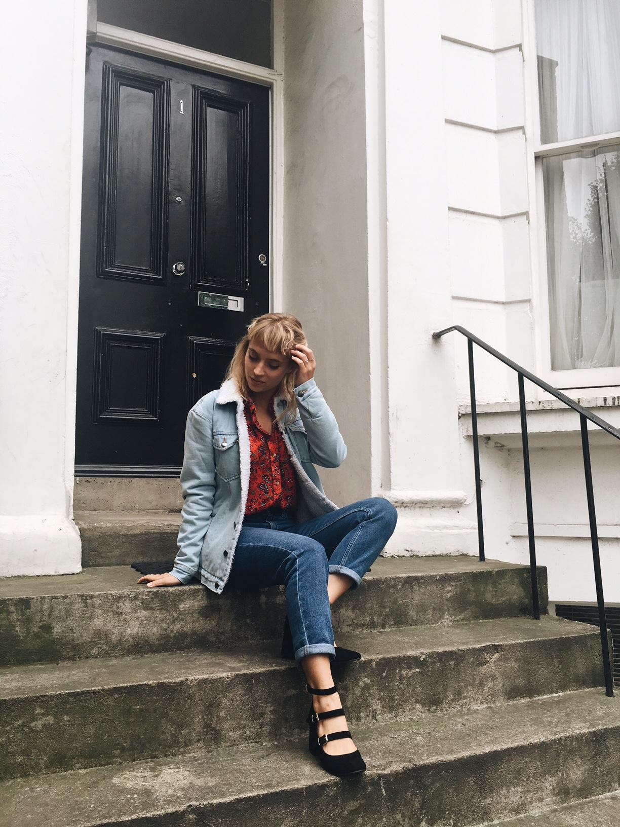 veste-en-jean-col-mouton-chemise-imprimee-et-jean-girlfriend