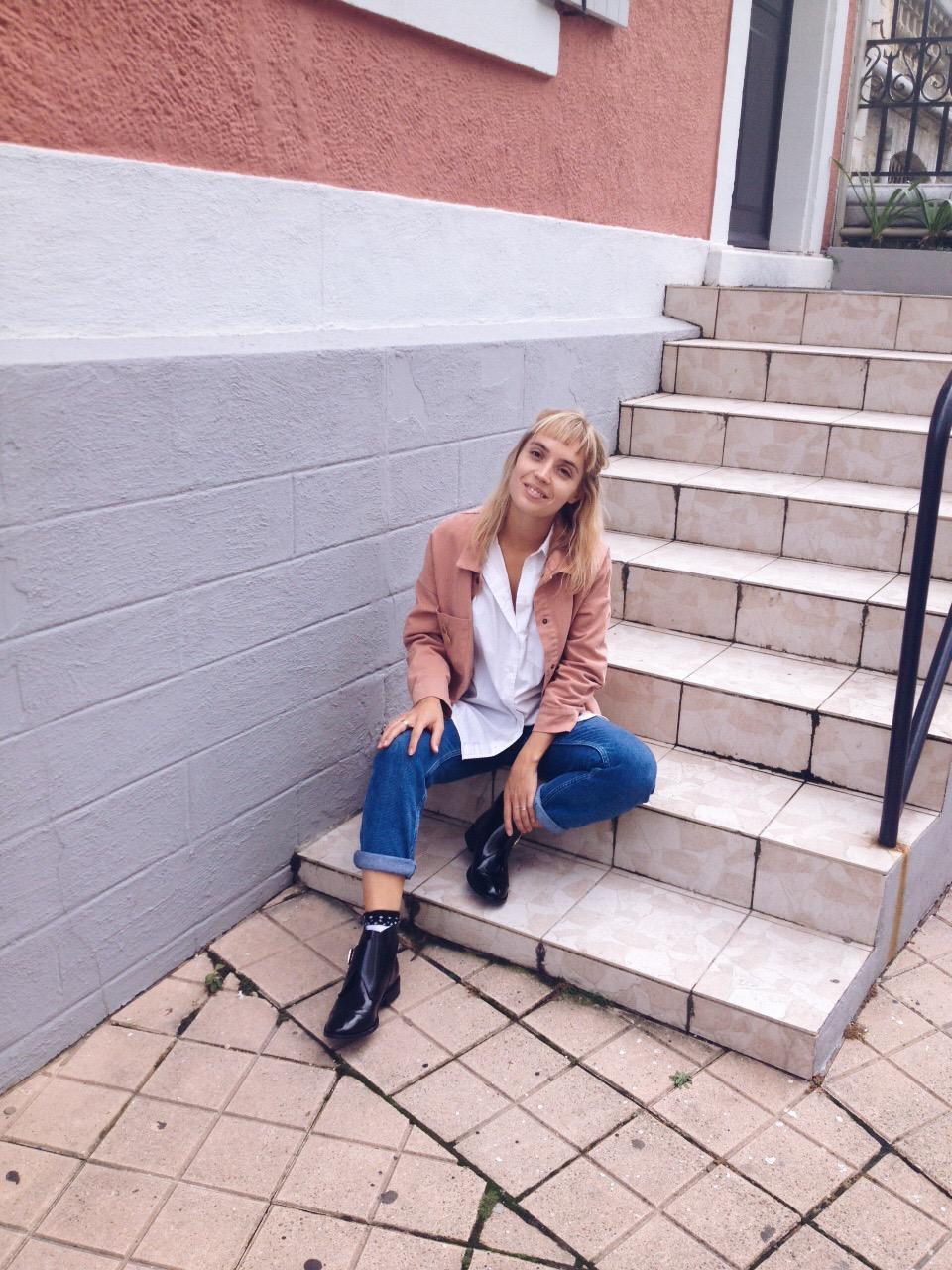 veste-en-jean-rose-chemise-oversize-jean-et-bottines-noires